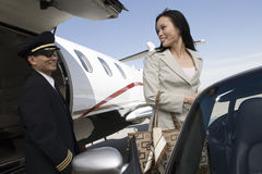 Коммерсантка смотря пилот самолета Стоковые Фотографии RF