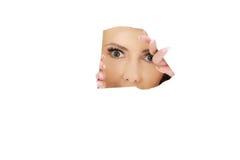 Коммерсантка смотря через бумажный лист Стоковые Изображения RF