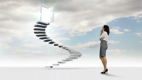 Коммерсантка смотря шаги с дверями отверстия в небе сток-видео