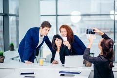 Коммерсантка снимая ее коллег на камере мобильного телефона Стоковые Изображения RF