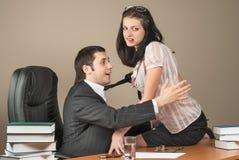 Коммерсантка сокращает ее босса на офисе Стоковое Изображение