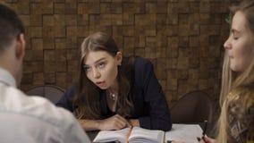 Коммерсантка спрашивает переделать документы сток-видео