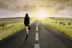 Коммерсантка стоя на дороге 2 шоссе Стоковые Фотографии RF