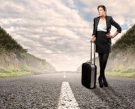 Коммерсантка стоя на дороге Стоковые Фотографии RF