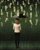 Коммерсантка стоя с зонтиком в концепции дождя долларовой банкноты Стоковая Фотография RF