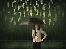 Коммерсантка стоя с зонтиком в концепции дождя долларовой банкноты Стоковое Фото