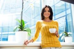 Коммерсантка стоя с чашкой кофе Стоковая Фотография RF