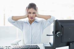 Коммерсантка страдая от головной боли перед компьютером Стоковое фото RF