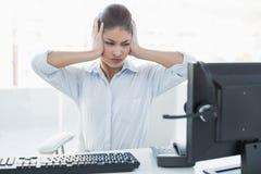 Коммерсантка страдая от головной боли перед компьютером Стоковая Фотография