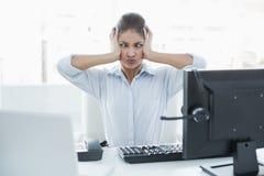 Коммерсантка страдая от головной боли перед компьютером Стоковые Фото