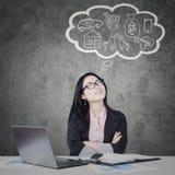Коммерсантка с ее мечтой на облаке пузыря Стоковое Фото