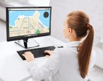 Коммерсантка с картой навигатора gps на компьютере Стоковая Фотография RF