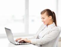 Коммерсантка с компьтер-книжкой в офисе Стоковое фото RF