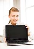 Коммерсантка с компьтер-книжкой в офисе Стоковые Фотографии RF