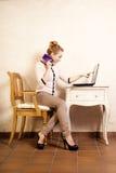 Коммерсантка с компьтер-книжкой касающего экрана телефона Стоковое фото RF