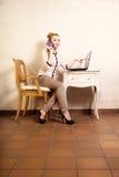 Коммерсантка с компьтер-книжкой касающего экрана телефона Стоковые Изображения