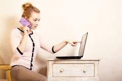 Коммерсантка с компьтер-книжкой касающего экрана телефона Стоковая Фотография RF