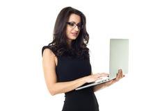 Коммерсантка с компьтер-книжкой стоковое фото