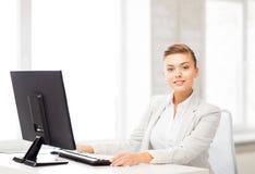 Коммерсантка с компьютером в офисе Стоковые Изображения RF