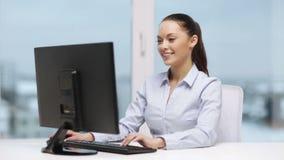 Коммерсантка с компьютером в офисе видеоматериал