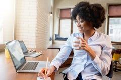 Коммерсантка с кофейной чашкой на офисе Стоковое фото RF