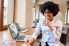 Коммерсантка с кофейной чашкой на офисе Стоковые Фотографии RF