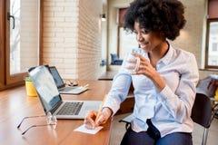 Коммерсантка с кофейной чашкой на офисе Стоковое Фото