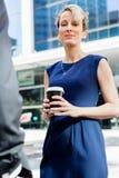 Коммерсантка с кофе в городе Стоковые Фотографии RF