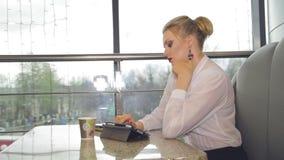 Коммерсантка с кофе smartphone выпивая сток-видео