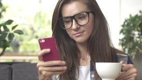Коммерсантка с кофе smartphone выпивая стоковая фотография