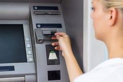 Коммерсантка с кредитной карточкой стоковые изображения rf