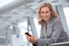 Коммерсантка с мобильным телефоном стоковое изображение rf