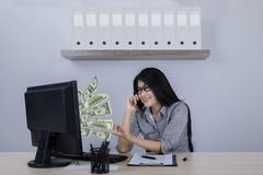 Коммерсантка с наличными деньгами и телефоном доллара Стоковая Фотография RF