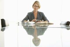 Коммерсантка с обработкой документов на столе переговоров Стоковые Изображения