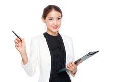 Коммерсантка с доской сзажимом для бумаги с ручкой вверх Стоковое Изображение