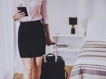 Коммерсантка с пасспортом и билет в руке Стоковые Изображения RF