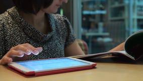Коммерсантка с пусковой площадкой и документы работая в кафе сток-видео