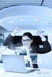 Коммерсантка с руками и smilling повышения Стоковое Фото