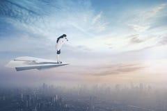 Коммерсантка с самолетом и биноклями бумаги Стоковое Изображение RF