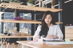 Коммерсантка с тетрадью на рабочем месте startup деятельность женщины Стоковое Изображение RF