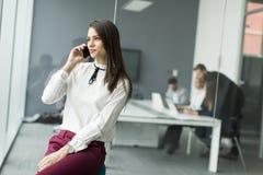 Коммерсантка с телефоном Стоковое Изображение