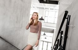 Коммерсантка с smartphone идя вверх Стоковая Фотография