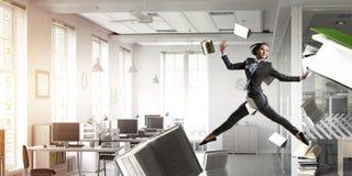 Коммерсантка танцев в офисе Мультимедиа стоковые фотографии rf