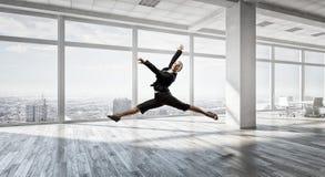 Коммерсантка танцев в офисе Мультимедиа Стоковое Фото