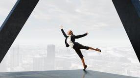 Коммерсантка танцев в офисе Мультимедиа Стоковое Изображение RF