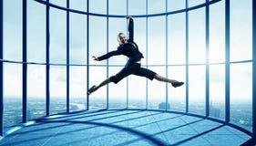 Коммерсантка танцев в офисе Мультимедиа Стоковая Фотография RF