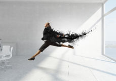 Коммерсантка танцев в офисе Мультимедиа Стоковая Фотография