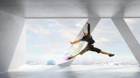 Коммерсантка танцев в офисе Мультимедиа Стоковые Изображения