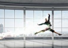 Коммерсантка танцев в офисе Мультимедиа Стоковое фото RF