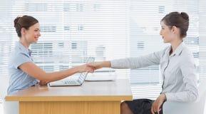 Коммерсантка тряся руки с interviewee Стоковая Фотография RF